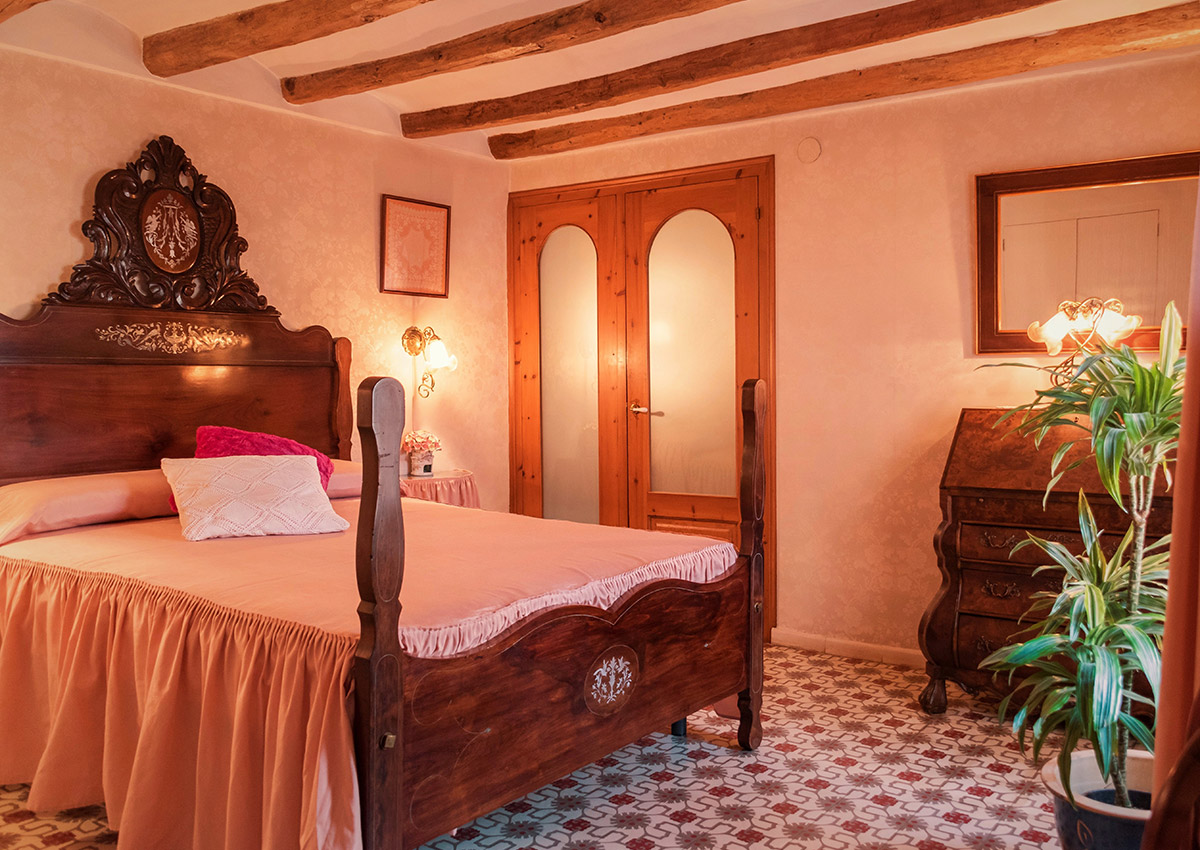 The room retains the original romantic decoration, which has been restored and conserved